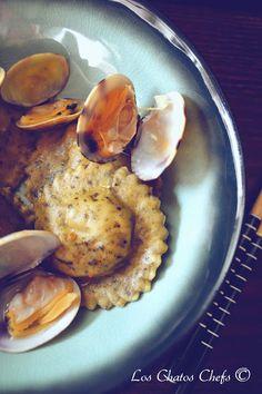 """Consomé de pescado al azafrán, raviolis de pasta fresca de algas rellenos de cigalas y moluscos"""""""