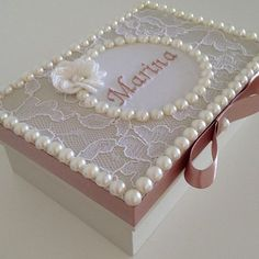 Caixa personalizada para presentear madrinhas de casamento #madrinha #casamentos #presentespersonalizados #batizado Diy Craft Projects, Diy And Crafts, Pearl Crafts, Bracelet Display, Wedding Gift Boxes, Decoupage Vintage, Pretty Box, Wooden Jewelry, Keepsake Boxes