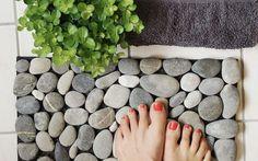 Endlich hast Du eine Verwendung für all die im Urlaub gesammelten Steine: Bastele Dir eine Fußmatte aus Steinen.
