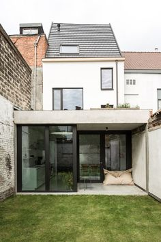 V-VDE Woning V-VDEPlaats: GentStatus: in uitvoeringJaar: 2015 i. House Extension Design, House Design, Renovation Facade, Interior Architecture, Interior And Exterior, Small Appartment, Narrow House, House Extensions, House Goals