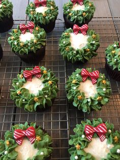 Christmas Cupcakes are festive & decadent Christmas desserts. Here are the best Christmas Cupcakes Recipes & Cupcake decoration ideas for the holidays. Christmas Snacks, Christmas Cooking, Noel Christmas, Christmas Goodies, Simple Christmas, Christmas Parties, Christmas Bake Off, Christmas Gifts, Christmas Wreaths To Make