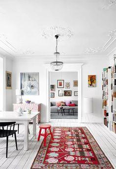 Painted White Wood Floors | Bright Patterned Rug | Cliquez sur les liens pour lire les articles en entier.     - Jolies demeures -     Cabane de jardin aux USA