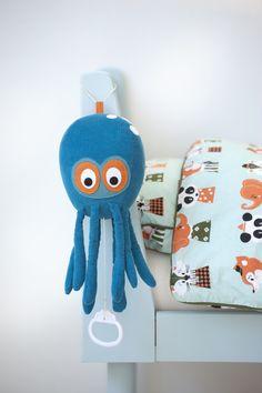 Super leuke muziekknuffel van Ferm living in de vorm van een octopus. Hang de octopus bij het bed en laat het rustige melodietje maar komen. Ook heel leuk in combinatie met de octopus knuffel en andere producten uit de Ferm living kidscollectie.    De octopus muziekknuffel van Ferm living is vervaardigd uit hoogwaardige materialen en garandeert daarmee een lange levensduur.    meer @ www.littlefashionaddict.com