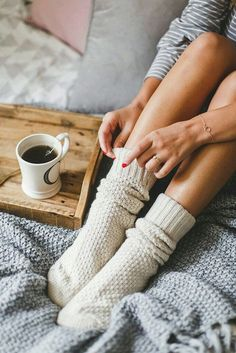 Ebuch: Ein Hygge-Stil Handbuch – cozy home warm Pause Café, Autumn Aesthetic, Cosy Aesthetic, Aesthetic Coffee, Lazy Days, Lightroom Presets, Warm And Cozy, Cozy Winter, Winter Socks