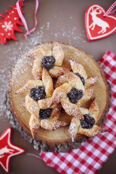 Les joulutorttu, ou étoiles de Noël, sont des petits gâteaux finlandais qui se préparent en un rien de temps si vous prenez une pâte feuilletée. La vérita