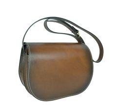 Unikátna Kožená kabelka je vyrobená z prírodnej triesločinenej usne z ručným natieraním a následným tieňovaním krajov.Následné je ošetrená priehľadným lakom