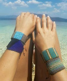 "NANAKOSMIDI 在 Instagram 上发布:""#handmadefashion #handmadecuff #macrameart #macrameaccessories #macramejewelry #macramelove #lovemacrame #macramemaker #greekdesigners…"" Macrame Colar, Macrame Bracelet Diy, Beaded Cuff Bracelet, Macrame Jewelry, Yarn Bracelets, Seed Bead Bracelets, Blue Bracelets, Macramé Art, Micro Macramé"