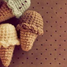 Ravelry: Mini ice-cream Crochet pattern pattern by Nini Ninique Crochet Diy, Crochet Gratis, Crochet Amigurumi, Crochet Food, Amigurumi Patterns, Crochet Dolls, Knitting Patterns, Crochet Patterns, Tutorial Crochet
