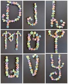 Collage 2 van de 9 letters gemaakt met verschillend materiaal.