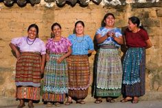Las mujeres llevando las ropa tradicional