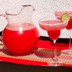 Recipe and step-by-step instructions for making a delicious watermelon margarita with fresh ingredients. Fun Cocktails, Party Drinks, Cocktail Drinks, Cocktail Recipes, Fruit Drinks, Yummy Drinks, Alcoholic Drinks, Beverages, Margarita Bebidas