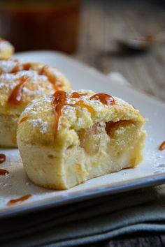 gateaux-magiques-aux-pommes.html Gâteaux magiques aux pommes:  4 œufs (à température ambiante) 150 g de sucre 1 cs d'eau 125 g de beurre 115 g de farine 1 pincée de sel 500 ml de lait entier 3 petites pommes quelques gouttes de jus de citron caramel au beurre salé (recette ici)