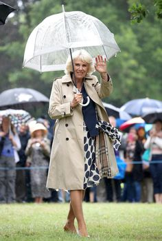 Camilla, Duchess of Cornwall who wore a beige trench over her chic polka dot dress waves to the wellwishers during an official visit to the Sandringham Flower Show on July 2017 in King's Lynn, England. Camilla Duchess Of Cornwall, Duchess Kate, Elizabeth Ii, Royal Fashion, Star Fashion, Princess Deena Aljuhani Abdulaziz, Princess Charlene, Princess Beatrice, Kitty Spencer