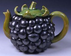 Кейт Мэлоун (Kate Malone) — британский гончар, художник-керамист и член жури на британском теле шоу The Great Pottery Throw Dow (Битва керамистов). Известна своими большими керамическими сосудами и яркими авторскими глазурями. Мэлоун обучалась в Бристольском Политехникуме (1979-1982) и после окончания Королевского колледжа искусств в 1986 году, начала работать в студии South Bank Craft Centre на Чаринг-Кросс (Charing Cross).