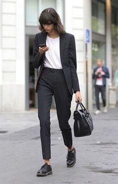 Como montar combinações no estilo genderless. Terinho, blazer preto, t-shirt branca, calça de alfaiataria preta, oxlofrd preto