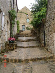 Une ruelle à Vézelay dans l'Yonne (Bourgogne). #Yonne #HauteBourgogne #RésaYonne