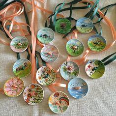 Segnaposti  primaverili ( legatovaglioli)  Grandi bottoni in legno decorati con colori acrilici