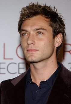 Jude Law during 'Closer' Los Angeles Premiere - Arrivals at Mann Village Theatre in Westwood, California, United States. (Photo by Jon Kopaloff/FilmMagic) Hot Actors, Young Actors, Actors & Actresses, Beautiful Boys, Pretty Boys, Gorgeous Men, Avatar 3d, Jude Low, British Actors