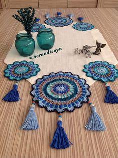 Crochet Table Mat, Crochet Table Runner Pattern, Crochet Home, Crochet Gifts, Knit Crochet, Crochet Slipper Boots, Crochet Slippers, Crochet Projects, Sewing Projects