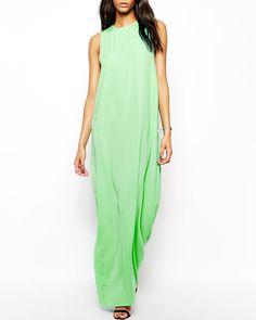 Une robe verdoyante Robe longue découpée dans le dos, AQ/AQ, 185,72€.