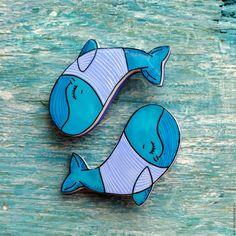 Купить брошь Кит в свитере, ручная роспись, синий - тёмно-бирюзовый, кит, киты