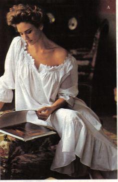 books0977: Джилл Гудакр чтение для Victoria `s Secret, в начале 1990s.Goodacre был основным белья и чулочно-носочные изделия модель для секретной компании относительно новых Виктории в ее каталогах заказа по почте и розничных магазинов в 1980-х годах, и она появилась широко в каталогах.  Она, Стефани Сеймур, и голландская модель Frederique помог Victoria `s Secret расти с новой компании одному из гигантов в мире в женском белье, чулочно-носочных изделий, купальников и одежды.
