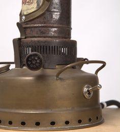 Plan B Lamps Nr.4 Alte Petroleumlampe aus Messing mit schöner Patina. Elektrifiziert und als Tischlampe ein Blickfang. Schalten kann man das Upcycle-Möbel mittels eingebautem Kippschalter.  Detailansicht