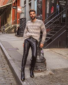 Leather Trousers Outfit, Mens Leather Pants, Men's Leather, Leather Fashion, Mens Fashion, Outfits Hombre, Cowboy Outfits, Hot Guys, Tarot Cards