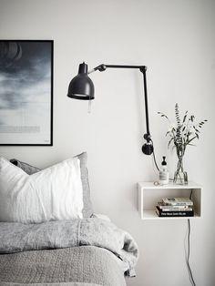 Kästchen an der Wand als Nachttisch #Wohnidee