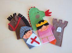 Divertido y colorido set de marionetas de dedos de personajes medievales con los que se puede recrear la Leyenda de San Jorge y el Dragón.  Son de diseño propio y todas las marionetas están confeccionadas a mano cuidando mucho los detalles. Pertenecen a la colección de Marionetas de dedo de L'@ LaRoba, serie Los Medievales. Las marionetas ayudan a fomentar la creatividad e imaginación de los pequeños y mayores de la casa. Los pequeños, estarán encantados con estas divertidas marionetas de…