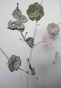 Arbre à papillons et fleurs au crochet