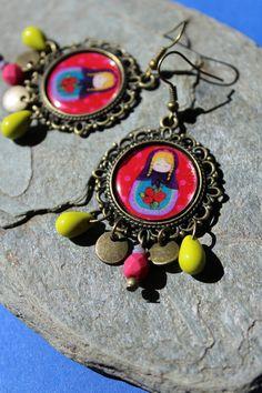 """Boucles d'oreilles poupée russe """"ma petite rose"""", détail d'une toile matriochka en image, perles de bohème anis,"""