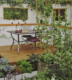 Tässä sitä voi nauttia ruoasta ja viinistä terassilla ja suojaa antavat herkulliset kasvit, joita nautit pitkin suvea... http://leenalumi.blogspot.fi/2014/04/kirsi-tuominen-syotavan-kaunis-piha.html