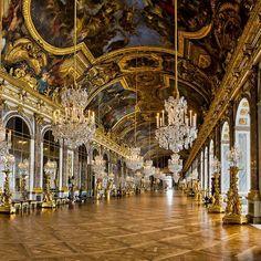 El palacio de Versalles fue construido por celos. En 1661, Nicolas Fouquet, marqués de Belle-Île, vizconde de Melun y Vaux, y ministro de Finanzas de Luis XIV, dio una fiesta deslumbrante en su castillo de Vaux-le-Vicomte. Así que Luis XIV se puso celoso y le encarceló por malversación de fondos reales. No mucho más tarde, y como por casualidad, Luis XIV decidió ampliar el palacio de Versalles rodeándose de los mismos artistas que habían participado en Vaux-le-Vicomte para tratar de buscar…