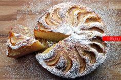 """La torta di pere e limone è un dolce delicato che vi sorprenderà per la sua """"scioglievole"""" morbidezza: è ottimo a colazione, ma anche come fine pasto."""