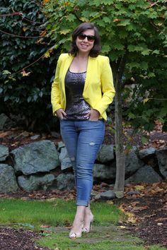 Mix de estilos: regata de paetês prateados + blazer amarelo vivo + jeans + scarpin de cobra. Mais detalhes em: http://www.vazcomestilo.com.br/2014/10/agradecimento-e-volta-do-look-do-dia.html