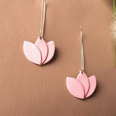Boucles d'oreilles cuir rose clair pastel, fleur de cuir sur monture argentée style dormeuse