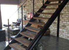Stalen trap met oude eikenhouten traptreden