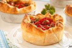 Dit goddelijke recept voor tomatentaartjes met Parmaham en ricotta vonden we op de blog van Caroline. Serveer het taartje als voorgerecht of eet het als diner in combinatie met een lekkere salade. Gebakken in een muffinvorm vormen ze het perfecte borrelhapje. Enjoy! Verwarm de oven voor op 200 graden. Vet vier kleine taartvormpjes van tien centimeter …