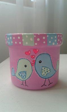 Macetas pintadas a mano Flower Pot Art, Flower Pot Design, Clay Flower Pots, Mosaic Flower Pots, Flower Pot Crafts, Ceramic Flower Pots, Clay Pots, Clay Pot Projects, Clay Pot Crafts