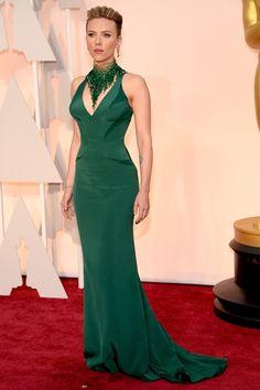 Scarlett Johansson|スカーレット・ヨハンソン  昨年の9月に女児を出産したスカーレット・ヨハンソンは、襟元にスワロフスキーのクリスタルを飾ったエメラルド グリーンのドレスを着用して登場。   ドレス:アトリエ ヴェルサーチ