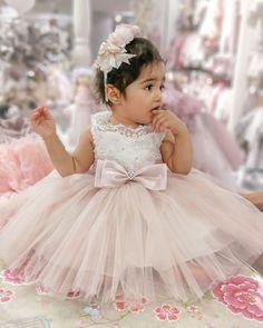 ebad84aa7472 Klänning Leonora ivory/rosa. Sockersöt finklänning i cremevitt och rosa med  ...