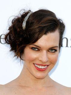 Hairstyle Star: Milla Jovovich sfoggia un caschetto corto mosso e sbarazzino e lo rende elegante con un fermaglio luccicante