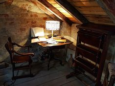 Old furniture with modern shade lamp in old attic Old Furniture, Country Furniture, Furniture Design, Home Improvement Projects, Drafting Desk, Attic, Modern, Home Decor, Vintage
