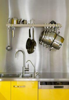 Utensílios pendurados para facilitar a visualização na cozinha!
