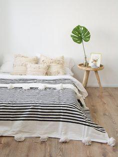 Nos belles couvertures marocaines Pom Pom sont tissés à la main à Marrakech, Maroc, à l'aide des métiers traditionnels en bois dans une tradition héritée de génération en génération. Ces couvertures sont un complément parfait à votre chambre à coucher. ils peuvent ajouter un supplément de chaleur durant les mois d'hiver mais sont assez cool pour être utilisé pendant l'été aussi. Les couvertures peuvent également être utilisés comme un jeté dans votre salon sur le dessus de votre canapé…