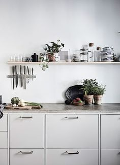 Top 10 – The most chic kitchen spaces this summer can have - Daily Dream Decor Minimal Kitchen, New Kitchen, Kitchen Dining, Kitchen Decor, Compact Kitchen, Kitchen Small, Grey Kitchens, Home Kitchens, Inviting Home