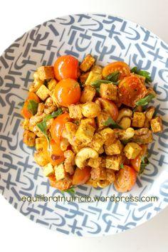 Tofu especiado al curry con cherrys y frutos secos. Receta ultrarápida y fácil - equilibratnutricio