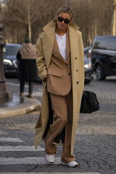 Attendees at Paris Fashion Week Fall 2020 - Street Fashion Casual Street Style, Street Style Outfits, Look Street Style, Street Looks, Autumn Street Style, Mode Outfits, Winter Street Styles, Winter Fashion Street Style, Parisian Street Style