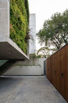 Fachada com parede verde, muro com ripado de madeira, estrutura de concreto. Arquitetura modernista na Vila Madalena por Tacoa Arquitetos, Vila Aspicuelta por Tacoa Arquitetos